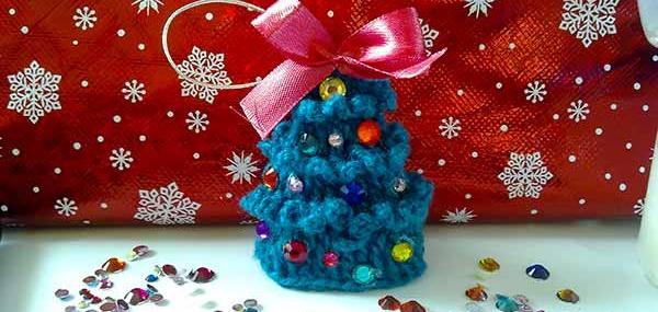 праздничные уроки рукоделия, игрушка на ель, игрушки детям, стразы, вязанная бахрома, колючки у ёлки связать, вязание крючком новогоднее