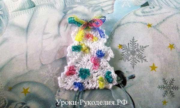 сладкие украшения, вязаные игрушки новогодние, подвесить ёлку, как связать крючком ёлочку, бантик на ёлочку