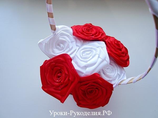 корзинка из самодельных роз, розы плоские цветы канзаши