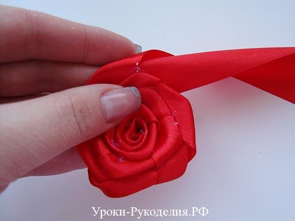 лепестки роз канзаши, как скрутить розу из лент, ярусный цветок, сделать розу своими руками