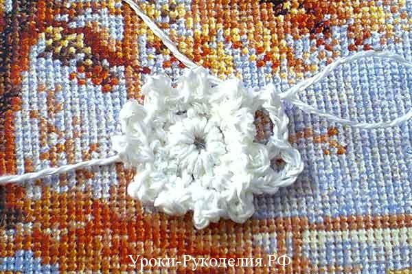 мотив цветка на столе