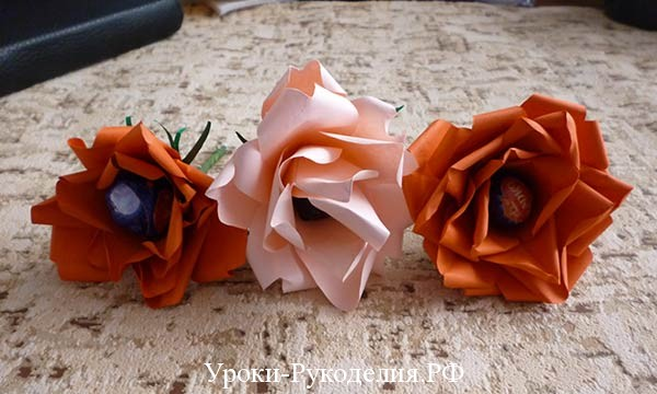 красивые розы с конфетой
