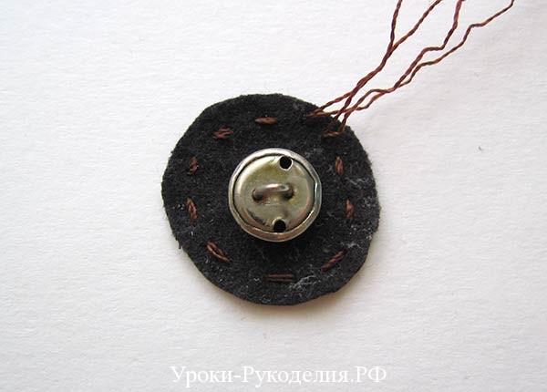 кнопку зашить в кожаный кружок