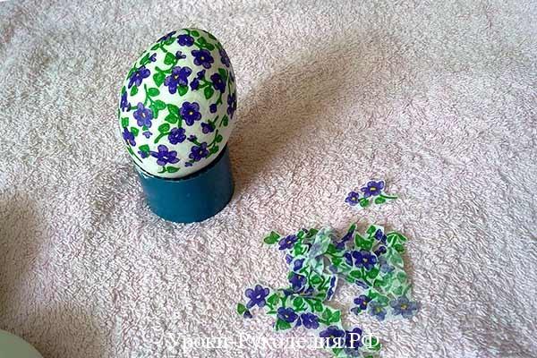 наклеить мотив на яйцо