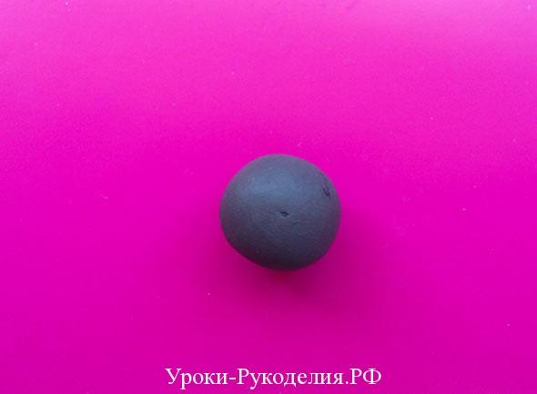 скатать шарик из пластилина