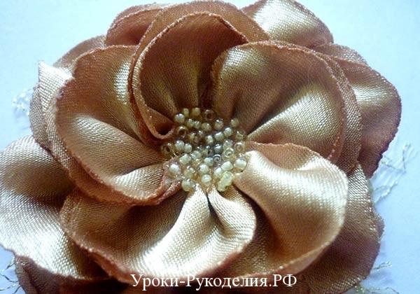 россыпь бисера в центре цветка