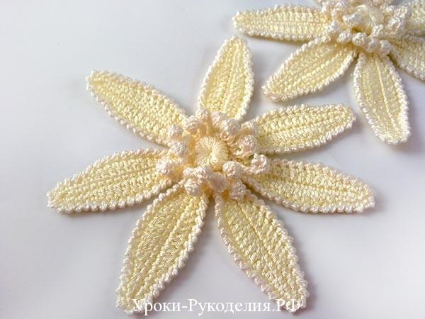 вязаный красивый цветок