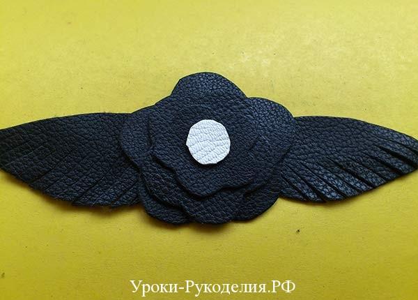 плоский цветок из кожи