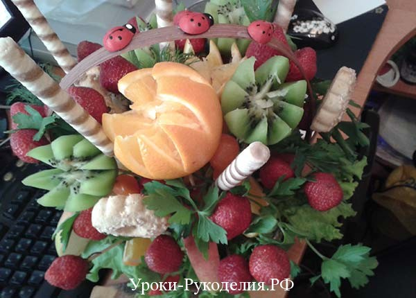 фрукты в букете