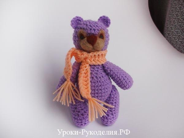 вязаный мишка с шарфом