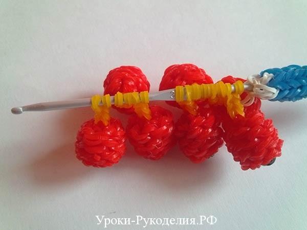 плетем рябиновую гроздь из резинок