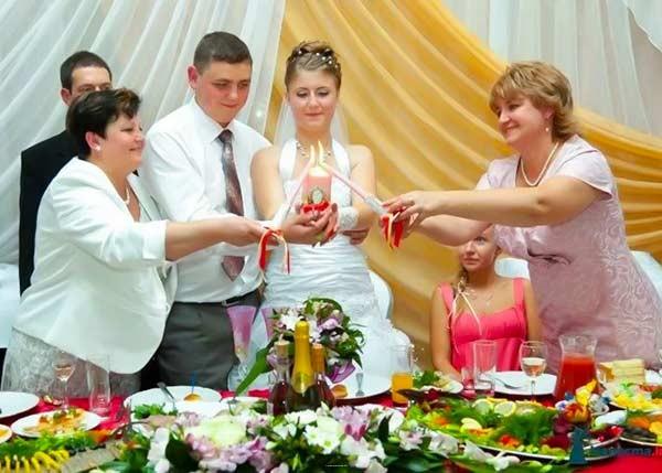 невеста держит свечу