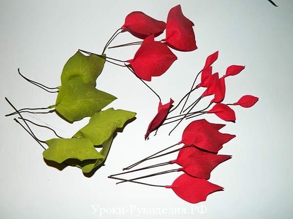 собирается цветок
