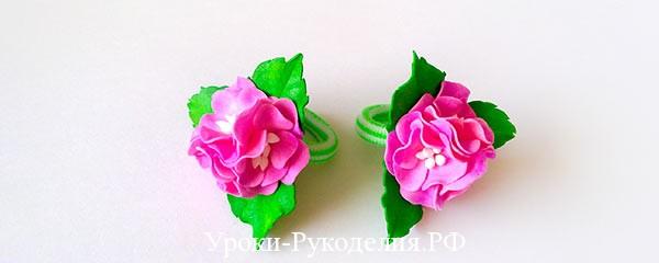 Розовые цветочки на резиночке для волос
