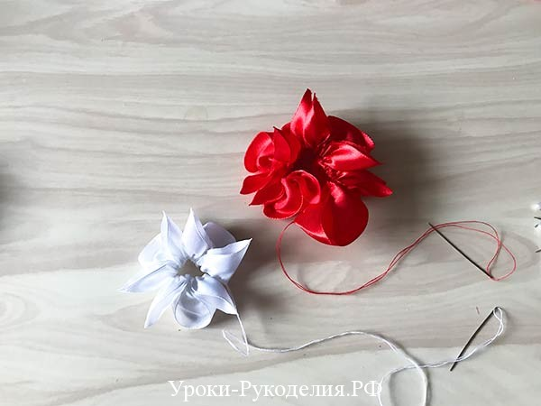 атласный цветок
