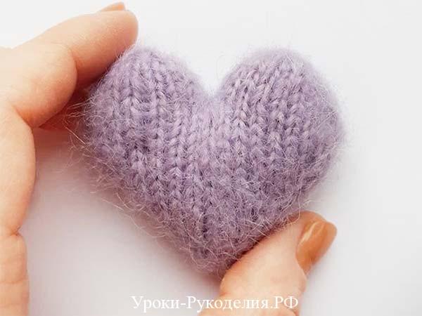 вязаное сердечко в руке